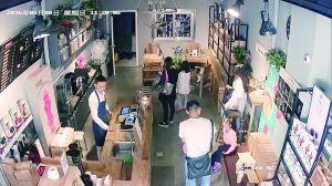 女子掩护女童店内20秒盗走苹果电脑 警方已介入