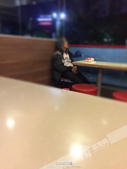 拾荒婆婆快餐店睡着 3名男生悄悄递食物(图)