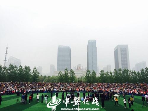合肥一中学子拍摄霸气毕业照 2200人聚集一张照片