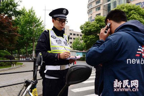男子违法不认罚挥舞扳手袭警 6旬老人出手制服