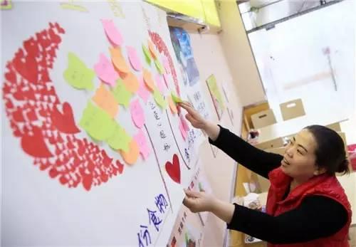 """善良店主创办""""墙上餐桌"""" 爱心接力温暖病患家庭"""