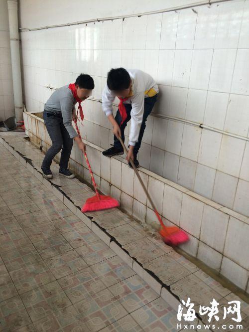小学要求学生扫厕所 校方称锻炼劳动能力(图)