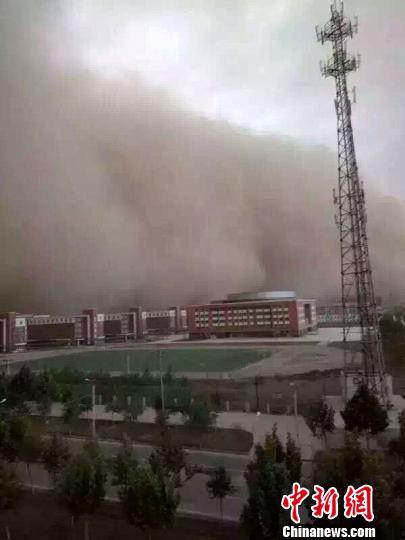 新疆图木舒克市遭强沙尘暴吹袭 数十米难辨踪影(图)