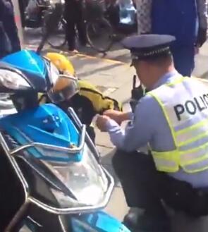 女快递员被处罚时双手抽筋 沪民警按摩再开罚单(图)