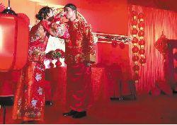 """新娘结婚""""八抬大轿""""引发近10万点击"""