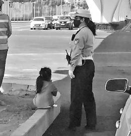 警察夫妻加班 6岁女孩大热天陪妈妈街头执勤