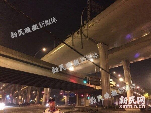 上海中环沪太路车祸原因:超载卡车违法上高架侧翻
