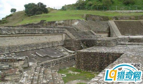 在乔鲁拉的巅峰时期,它是墨西哥的第二大人口城市,有大约十万人居住在此。尽管西班牙统治前的乔鲁拉一直有人居住,但是在公元八世纪经过一次人口剧降之后,大金字塔就被废弃了。   当乔鲁拉被西班牙人占领的时候金字塔已经杂草丛生了,直到19世纪它依旧保持原状,只有在16世纪建立的教堂依稀可见。          乔鲁拉遗迹   在金字塔的顶端,漫步在横穿金字塔的狭窄、昏暗的地下通道和阶梯上,我们会对古墨西哥建造金字塔的倾向有一个更加直观的了解。