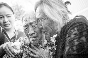 失散姐妹73年后广州团聚 79岁妹妹激动晕倒