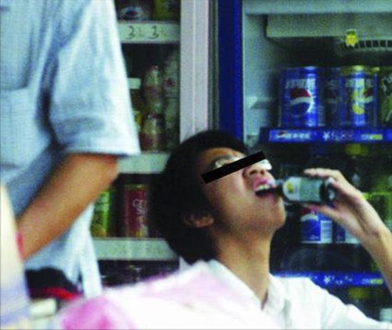 """亚毒品""""止咳药水""""调查:每天只为一瓶药水活着[1]- 中国日报网"""