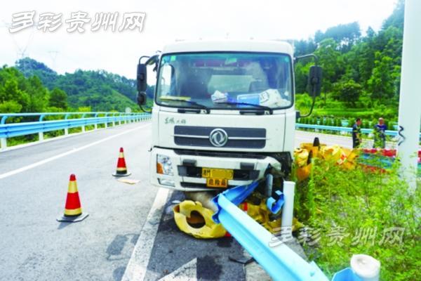 大货车装2吨雷管在贵州高速路上撞向护栏(图)