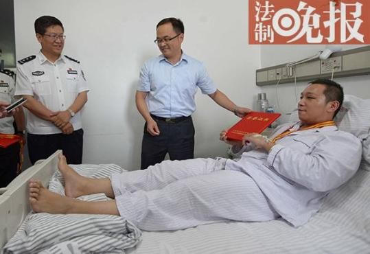 两民警将精神病人送医途中被砍伤 获五四青年奖