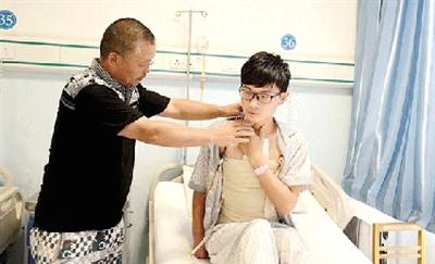 河南小伙带着20斤肿瘤参加高考过一本线13分