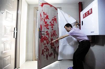 男子投诉麻将馆遭威胁 门上被写大字