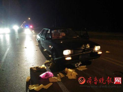 轿车超车撞上路中央烧纸女子 车头撞瘪女子倒地