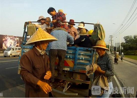 江苏荷载2人三轮车拉40人 警方:简直就是在玩命(图)
