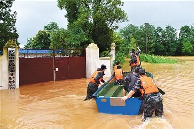 首个暴雨橙色预警 全国155县市降水量突破历史极值