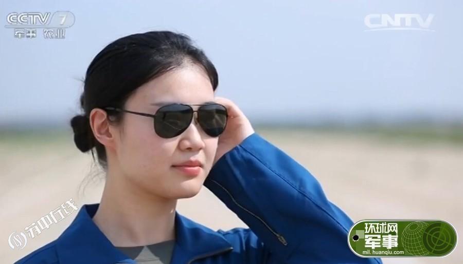 陆航高颜值女飞 蓝色制服娴熟操作飞机获赞赏(图)
