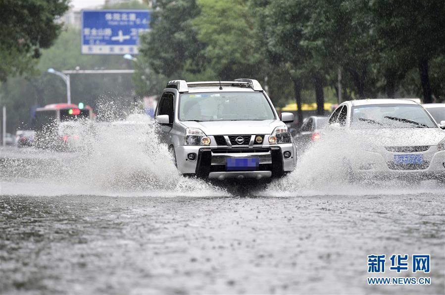 天津局部现暴雨天气 致道路积水