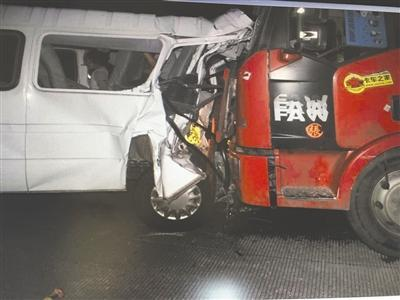 车祸现场,重型货车从后方车道追尾中型客车,客车尾部被撞得严重变形