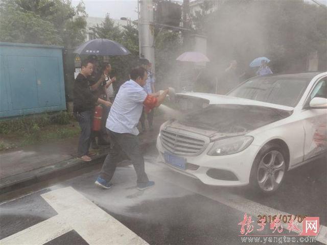 小车司机追撞打砸奔驰车 车主下车他称弄错了