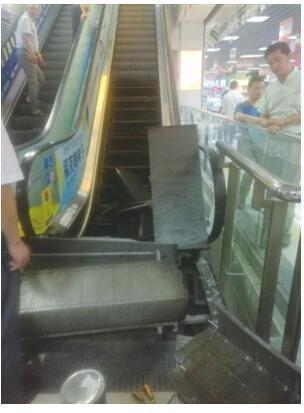 电子市场扶梯掉落半截 小伙腿脚飞快逃脱险境