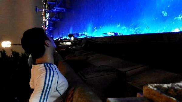 女子在广州塔边玩自拍进掉珠江 游客以为是大鱼