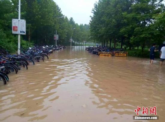 8小时下了10个月的雨 河南新乡破纪录暴雨影响几何?