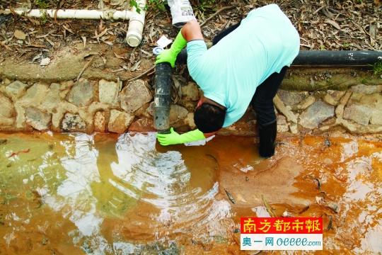 企业偷排污水似盐酸 称没草活是因为温度高