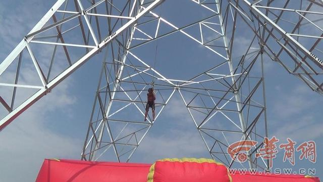6旬妇57米铁塔上又哭又唱 多方营救6小时脱险
