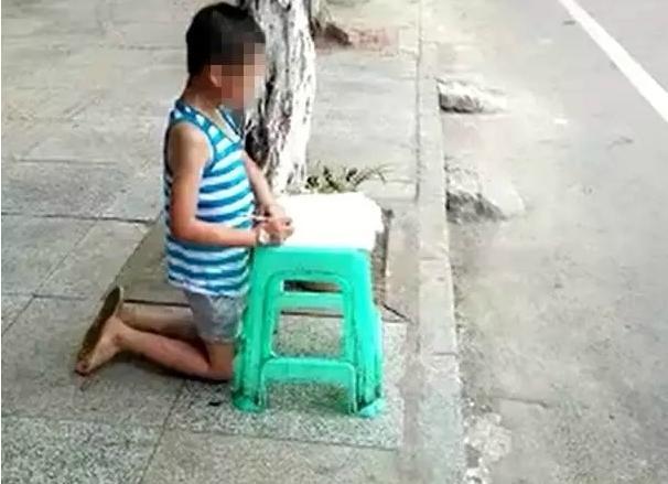 小孩被母当街写作伤痕累累被罚跪在路边操作网视频贷打骂图片