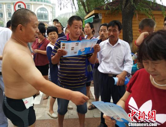 郑州50岁男子跳湖自杀 救援队淤泥中找到轻生者