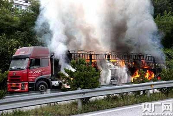 高速路上35吨保险粉自燃 原因遇水燃烧