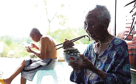 109岁婆婆爱看武打片 轻松端起20多斤重簸箕扬尘(图)