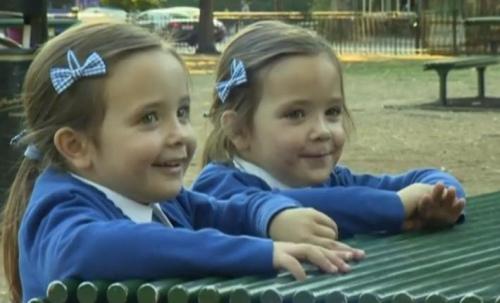 4岁连体姐妹分离成功高兴上学_曾被断言活不下去_大香蕉新闻乐点彩票大发不时彩
