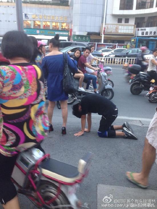 福州一男子被女子用狗链拴住 当街下跪爬行