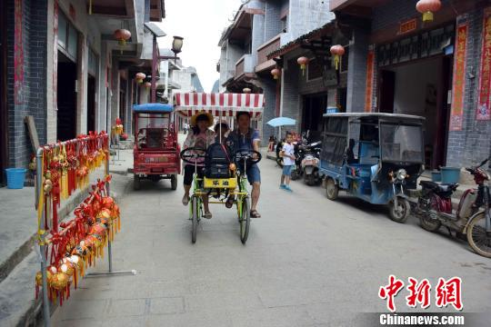 """广西靖西将爱情信物打造成产业 绣球街成""""浪漫街"""""""