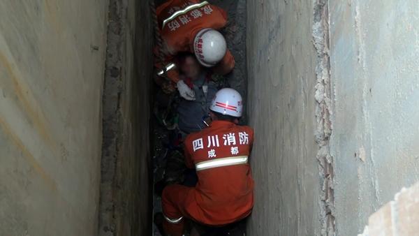 成都工地男子坠入两层楼深夹缝中 原因不明(图)
