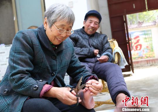 河南农妇照顾偏瘫丈夫26年不弃 困境中奔向新生活