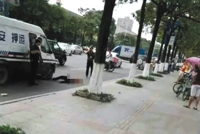 东莞/东莞一男子因追砸押款车辆被押运员枪击,后救治无效死亡。