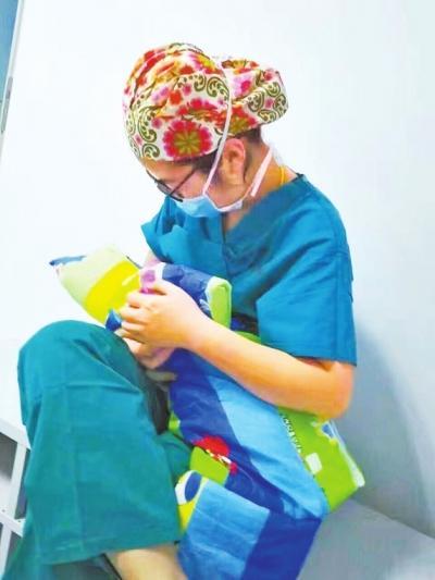孕妇生娃后生命垂危 助产士手术室内给宝宝喂奶