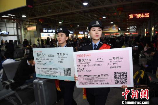图为两名铁警举着火车票样板为旅客宣传。 陈超 摄