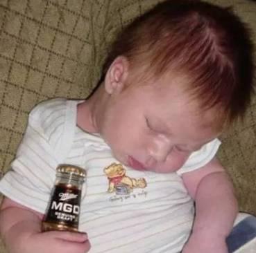 小伙和前女友吵架直播喝农药自杀:其实喝的是啤酒