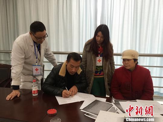 小月的父亲和奶奶填写遗体和器官捐献志愿书。重庆红会供图