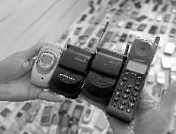 长春男子收藏近3000部手机 希望开手机博物馆
