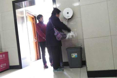 天坛公园公厕手纸频繁遭拿 管理方:用纸量已逐年下降