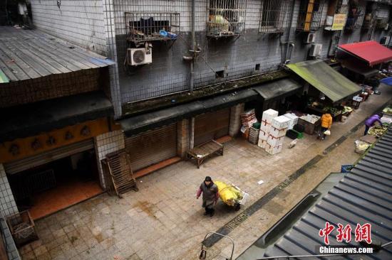 资料图:2月25日,重庆市南岸区一农贸市场内的活禽店铺全部停止营业。重庆市南岸区疾控中心近日对当地一农贸市场开展外环境样本抽样检测时,测出H7N9禽流感病毒阳性 陈超 摄