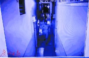 监控录像记录下周明洪飞奔救人的一幕。