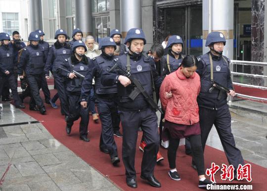 警方押解犯罪嫌疑人回兰州。 冯忠海 摄
