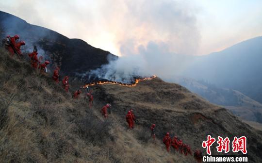 森警官兵赶赴现场灭火。 罗艺鑫 摄